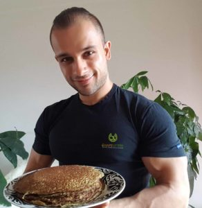 Yasin sewpersad personal trainer and coach muscular at Shapelifters with healthy pancakes